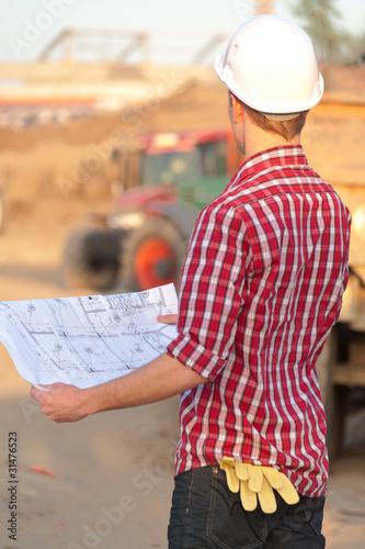 Jeune architecte travaillant en exterieur sur un chantier for Jeune architecte