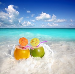 Poster Caraïben coconut cocktails juice in tropical beach water splash