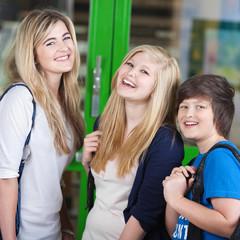 drei teenager haben spaß