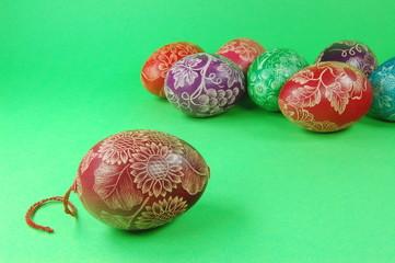 Ręcznie wykonane pisanki z Polski na zielonym tle