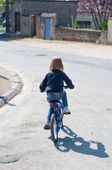 petite fille sur son vélo