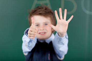 junge zeigt sechs finger