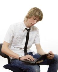 Юноша сидит с нетбуком