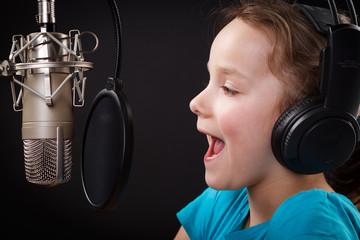 kleines mädchen singt im tonstudio