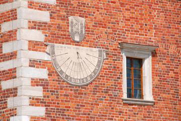 Zegar na budynku ratusza w Sandomierzu