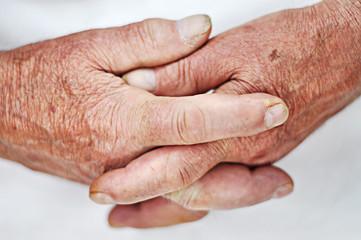 Gefaltete alte Hände