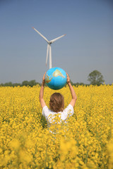enfant champ colza terre éolienne