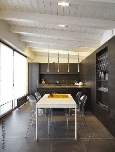 Moderna cucina di legno con tavolo bianco in mansarda for Cucina moderna abbonamento