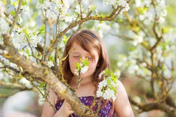 mädchen riecht an blüten