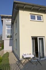 Modernes Einfamilienhaus mit kleiner Terasse