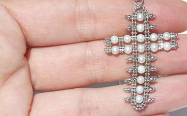 Crocifisso in oro bianco con perle tra le dita