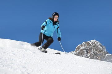 Skifahrerin mit Bergwelt