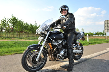 Biker lachend auf  Motorrad