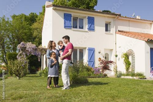 famille devant la maison photo libre de droits sur la banque d 39 images image 31941970. Black Bedroom Furniture Sets. Home Design Ideas