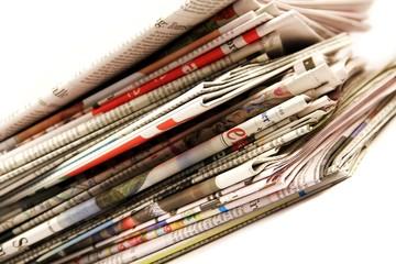 bunter Zeitungsstapel