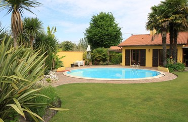 jardin exotique avec piscine