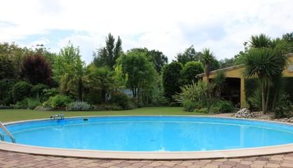 piscine dans un jardin exotique
