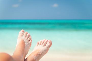 sandige Füße am Strand
