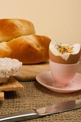 Eierbecher und Brötchen