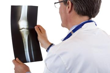 Rückansicht eines Arztes, der  Röntgenbild betrachtet