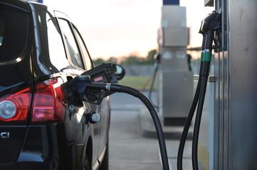 Auto an der Tankstelle mit Diesel betanken