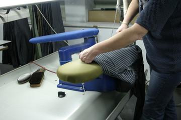 bügeln am bügelbrett in der Fabrik