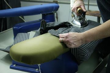 Büglerin in der Kleiderfabrik