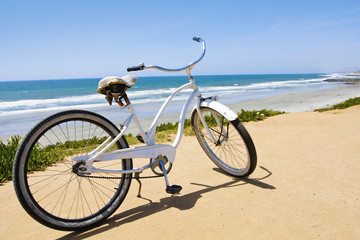 Deurstickers Fiets Vintage Beach Cruiser Bike along the California Coast
