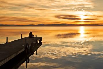 Fotorolgordijn Pier mirando la puesta de sol