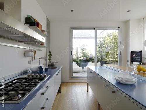 Cucina moderna con vista sul terrazzo immagini e for Cucina moderna abbonamento