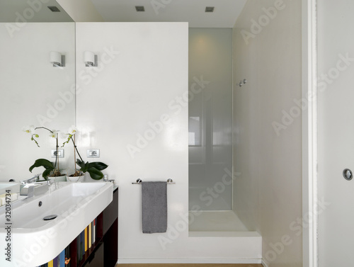 Bagno moderno con lavabo e doccia in muratura immagini e - Bagno in muratura moderno ...