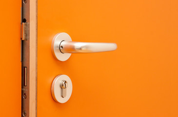 orange Tür aus Holz