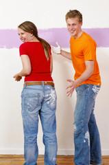 Junges Paar beim Renovieren und anstreichen