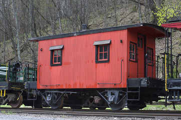 Papiers peints Rouge, noir, blanc red caboose on a train track