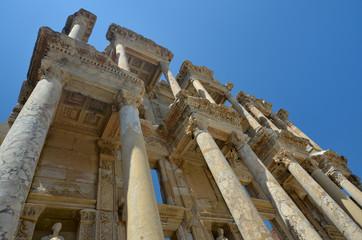 Au pied de la bibliothèque de Celsus