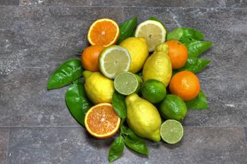Zitrusfrüchte mit Blätter