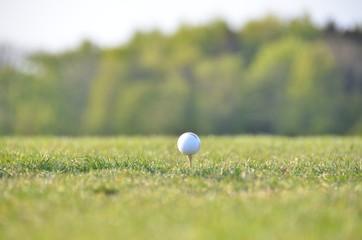 Golfball vor dem Abschlag
