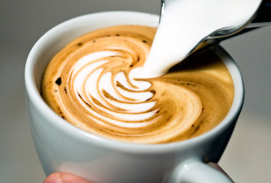 Latte Art - Milch eingießen/Kakao
