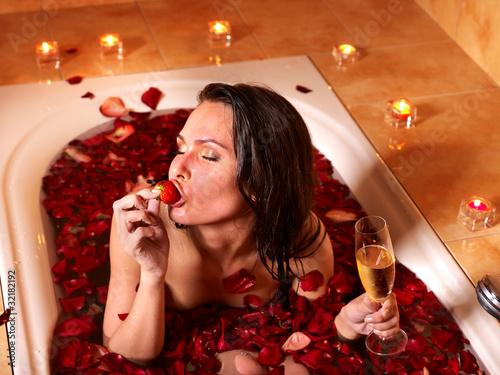 Девушка принимает ванну, попивая шампанское  258186