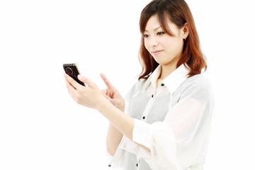 女性と携帯端末