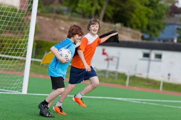 junge fußballer feiern ihren sieg
