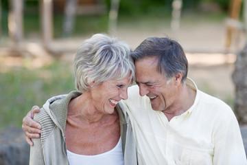 älteres ehepaar arm in arm