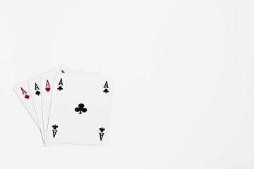 Poker d'assi su fondo bianco