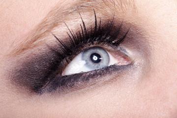 Schönes Auge mit Smokie Make Up