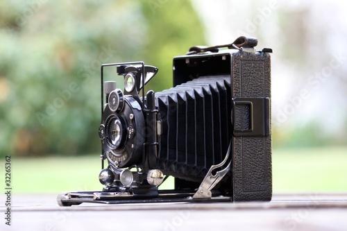 sehr alte kamera antik im garten stockfotos und lizenzfreie bilder auf bild 32265362. Black Bedroom Furniture Sets. Home Design Ideas