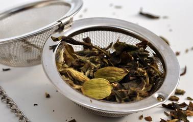 thé aux trois épices dans boule à thé