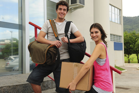 Couplw of tudents moving in to the campus