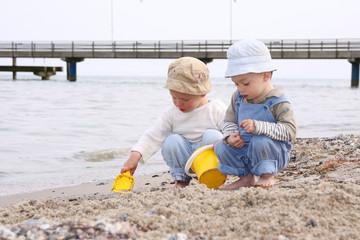 kleinkinder am strand 2