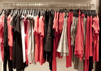 rayon de vêtement en magasin rouge rose