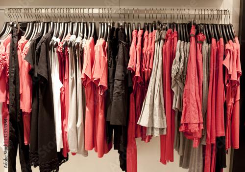 rayon de v tement en magasin rouge rose photo libre de droits sur la banque d 39 images fotolia. Black Bedroom Furniture Sets. Home Design Ideas